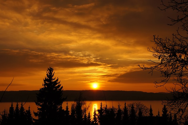 Sonnenaufgang und Sonnenuntergang im März 2020
