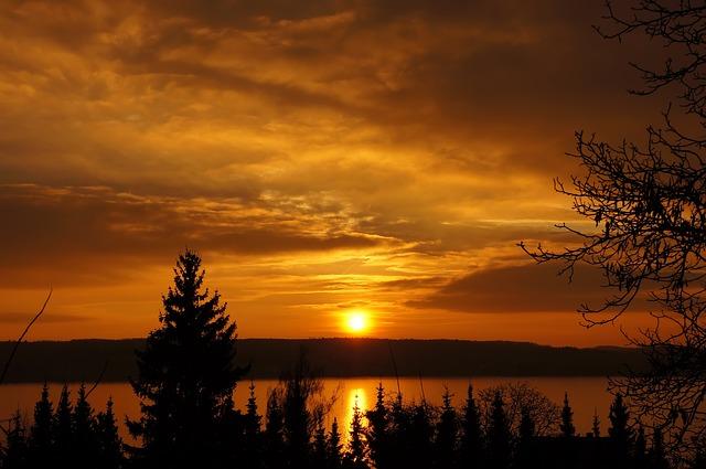 Sonnenaufgang und Sonnenuntergang im April